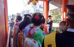 八坂神社西楼門で秋の火災予防運動の広報活動をする舞妓さん
